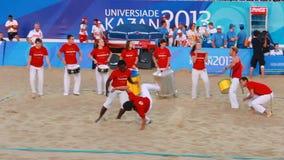 Atletas na luta uniforme vermelha e branca de Capoeira da mostra filme