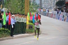 Atletas nacionales de Kenyas en el maratón Fotografía de archivo