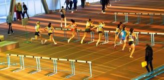 Atletas nos obstáculos Fotografia de Stock