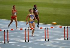 Atletas nos obstáculos de 400 medidores Imagens de Stock Royalty Free