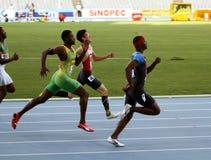Atletas nos obstáculos de 400 medidores finais Imagem de Stock Royalty Free