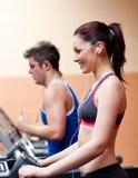 Atletas novos que exercitam em uma máquina running Fotos de Stock