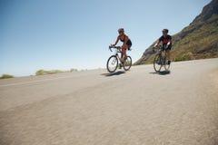 Atletas que compiten en la pierna de ciclo del triathlon foto de archivo