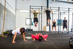 Atletas que ejercitan en gimnasio imagen de archivo