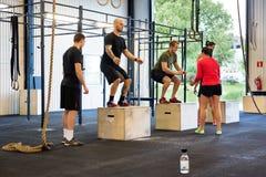 Atletas que exercitam no gym Imagem de Stock