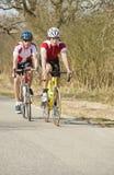 Atletas que montan ciclos Imágenes de archivo libres de regalías