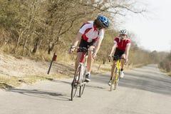 Atletas que montan ciclos Imagen de archivo libre de regalías
