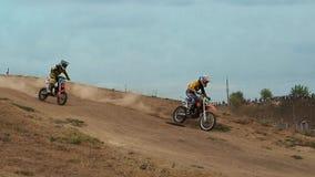 Atletas que montan las motocicletas en la pista El fotógrafo toma imágenes de ellas