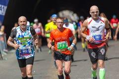 Atletas que participan en el maratón de Roma Foto de archivo