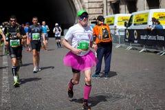 Atletas que participan en el maratón de Roma Imagen de archivo libre de regalías