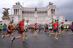 Atletas que participan en el 23ro maratón en Roma Foto de archivo