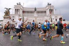 Atletas que participan en el 23ro maratón en Roma Fotos de archivo libres de regalías