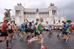 Atletas que participan en el 23ro maratón en Roma Fotos de archivo