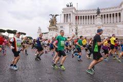 Atletas que participan en el 23ro maratón en Roma Foto de archivo libre de regalías