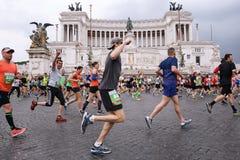 Atletas que participan en el 23ro maratón en Roma Imagenes de archivo