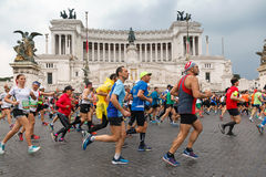 Atletas que participan en el 23ro maratón en Roma Imágenes de archivo libres de regalías