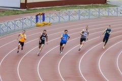 Atletas running dos homens em uma distância da sprint de 200 medidores Foto de Stock