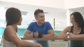 Atleten die aan het ontvangstbureau komen in de gymnastiek stock video