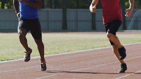Atleten die actief bij openluchtsportengrond opleiden, die voor de concurrentie voorbereidingen treffen stock footage