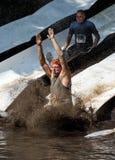 atleten die in de modder glijden Stock Fotografie