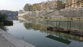 Atleten die een boot in Tiber-rivier in Rome, Italië roeien stock video