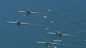 Atleten die in het roeien ras op rustig meer, slowmotion watersporten concurreren, stock videobeelden