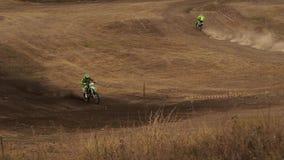 Atleten die motorfietsen berijden op het spoor stock videobeelden