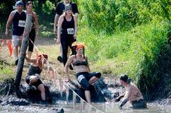 Atleten die zich in de modder bewegen Royalty-vrije Stock Afbeelding