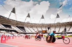 Atleten in het olympische stadion van Londen Stock Foto's