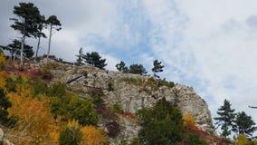 Atleten mannelijke agenten die van skyrunners op hoogste berg op blauwe hemel als achtergrond lopen stock videobeelden