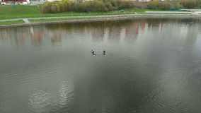 Atleten op de blauwe kano's op de rivier Gezonde Levensstijl Actieve sport Luchtfilm met hommel stock videobeelden