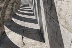 Atletenlooppas onder concrete arcades Royalty-vrije Stock Afbeeldingen