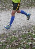 Atletenlooppas snel met lange passen naar de afwerkingslijn Stock Fotografie