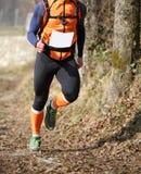 Atletenlooppas snel tijdens het triatlonras op bergtrai Stock Fotografie