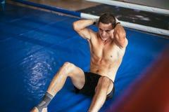 Atletenmens die abs trainingoefening doen royalty-vrije stock foto