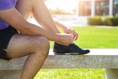 Atletenmens die loopschoenen proberen die klaar voor jogging worden Stock Afbeelding