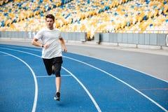 Atletenmens die op een renbaan lopen Stock Foto