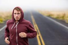 Atletenmens lopende opleiding op weg in daling Stock Foto's