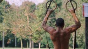 Atletentreinen op de ringen stock videobeelden