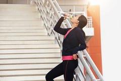 Atletenvrouw die een onderbreking nemen tijdens looppas Royalty-vrije Stock Foto's
