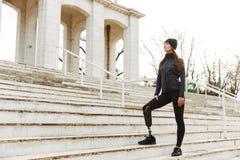 atlethic残疾妇女照片运动服的有义肢l的 库存照片