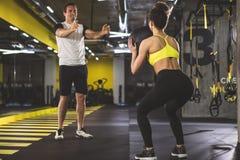 Atleti allegri durante l'esercizio fisico fotografia stock libera da diritti