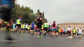 Atleti che partecipano alla maratona di Roma video d archivio