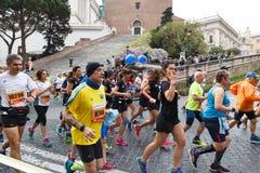 Atleti che partecipano alla ventitreesima maratona a Roma fotografie stock libere da diritti