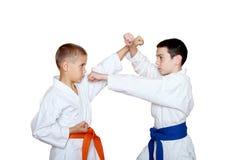 Atleti con la cinghia arancio e blu che fa ricezione Fotografia Stock