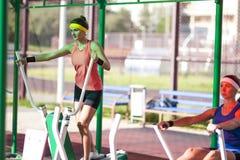 Atleti femminili caucasici sexy in attrezzatura professionale Fotografia Stock Libera da Diritti