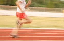 Atleti femminili che corrono sulla pista, il movimento sfocato Fotografia Stock