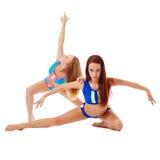 Atleti femminili graziosi che posano alla macchina fotografica Immagini Stock