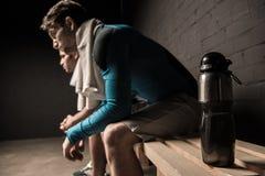 Atleti maschii che riposano allo spogliatoio della palestra Fotografia Stock Libera da Diritti