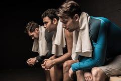 Atleti maschii che riposano allo spogliatoio della palestra Fotografia Stock